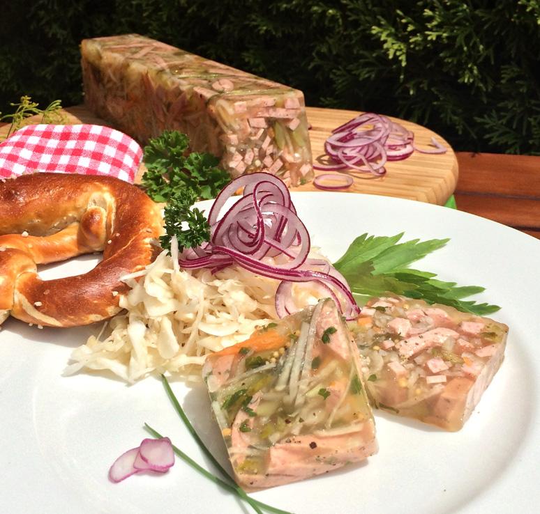 Zum Vesper: Buntes Wurstsalatsülzchen