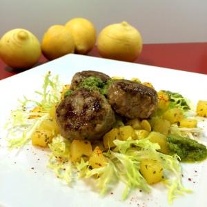 Fleischküchle mit zarten Goldrübchen und Ackersalat-Pesto