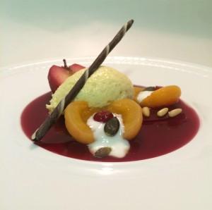 Weiße Schokomousse mit Glühwein-Apfel, Punschspiegel und eingelegten Dörr-Aprikosen