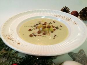 Wurzelcremesuppe mit Lebkuchen-Croutons, Nüssen und Petersilie
