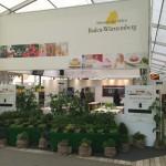 Die Kochwerkstatt von aussen mit dem Kräutergarten