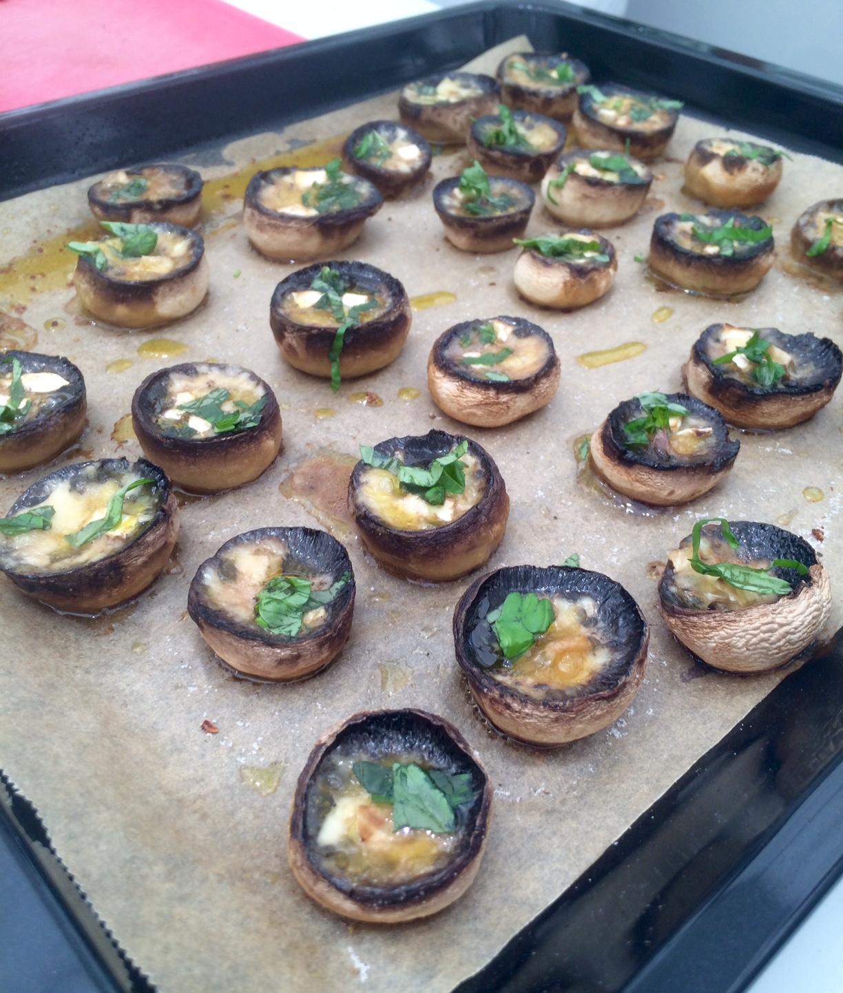 Champignonköpfe mit Käse und Kräutern