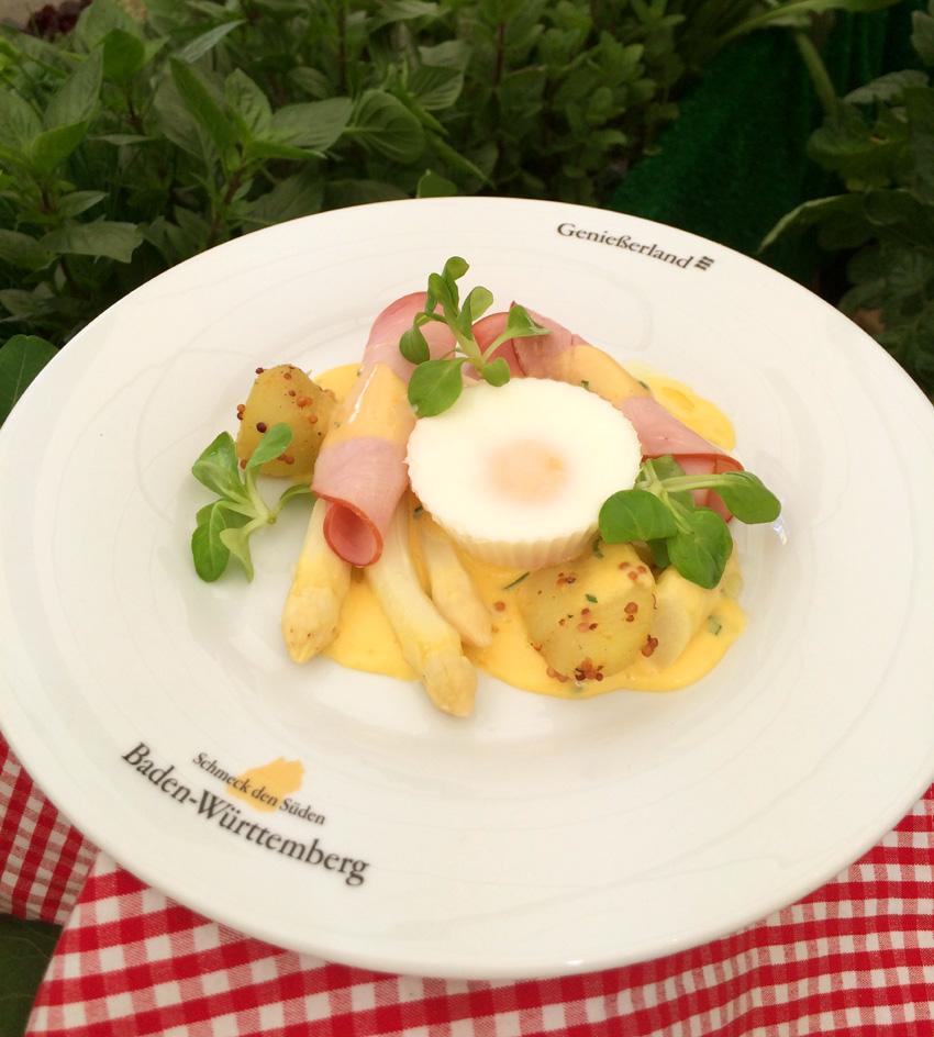 Gedämpfter Spargel mit Sauce Hollandaise, pochiertem Ei, Sesamkartoffeln und Schinken
