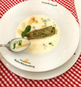 Spargelcremesuppe mit Kräuter-Omeletterolle