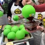 Süße Versuchung: Erdbeermousse in der Schokoschale