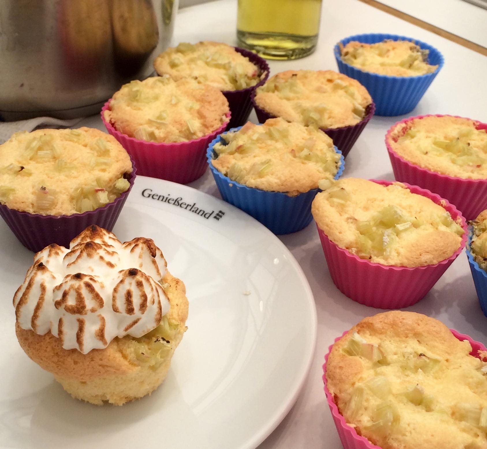 Rhabarber-Cupcakes mit flambierter Baiserhaube