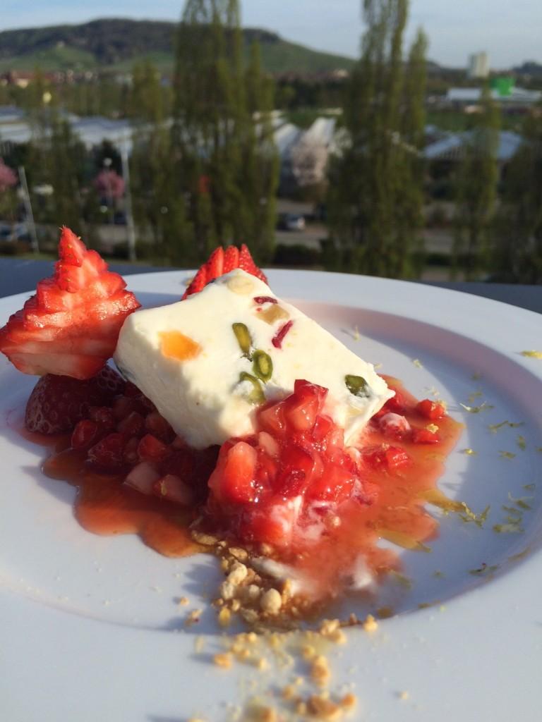 Sommerliches Parfait mit marinierten Erdbeeren