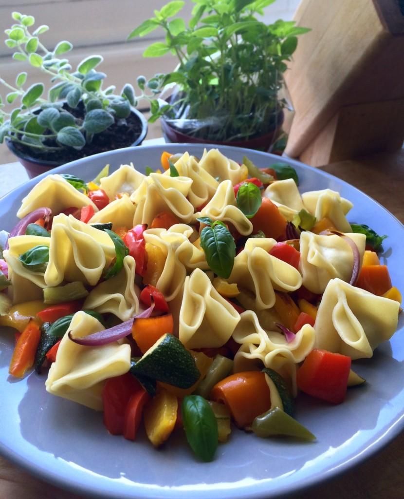Sommerlicher Nudelsalat mit Grillgemüse und Basilikumdressing