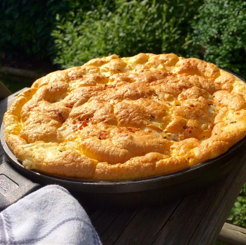 Soufflé-Omelette mit Sauerrahm und Bergkäse