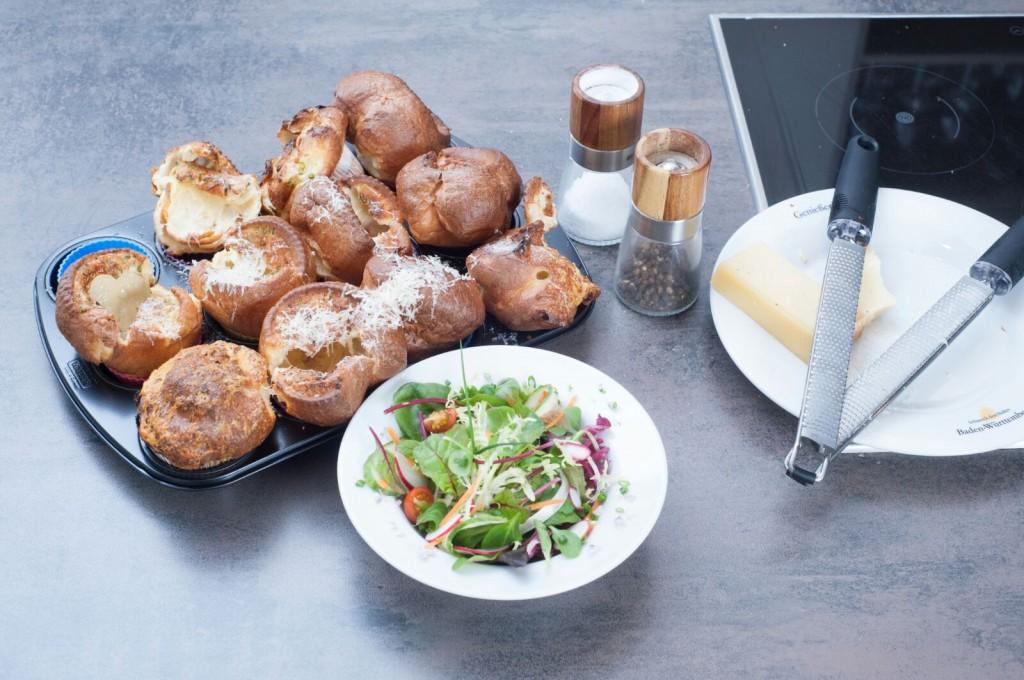 Herzhafter Pfitzauf mit Bergkäse, Salat und Bieressig-Vinaigrette