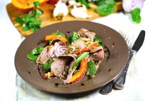 Marinierte Rinderbrust mit gebratenen Kürbis-Spalten und Acker-Salat