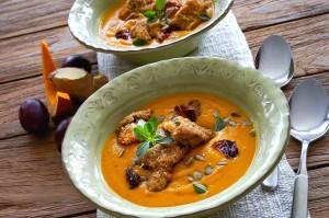Kürbis-Creme-Suppe mit Zwetschgen und gebackenen Champignons