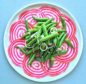 Salat von rot-weißer Beete und grünen Gartenbohnen