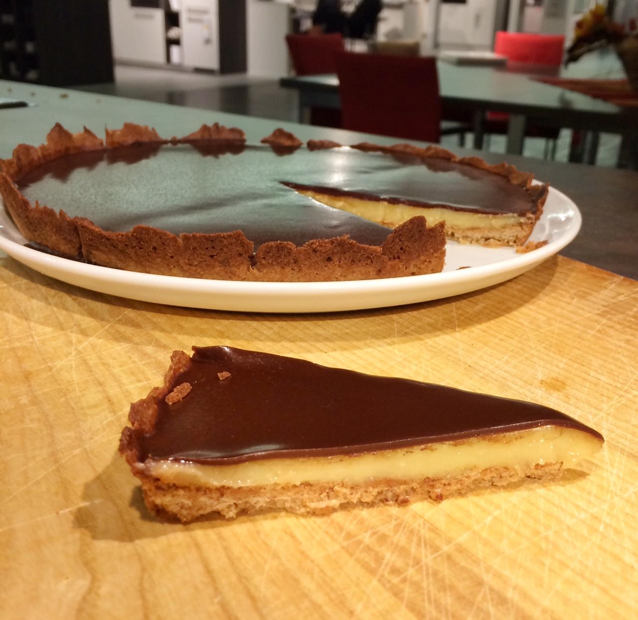 Weiß-braune Schokoladen-Tarte