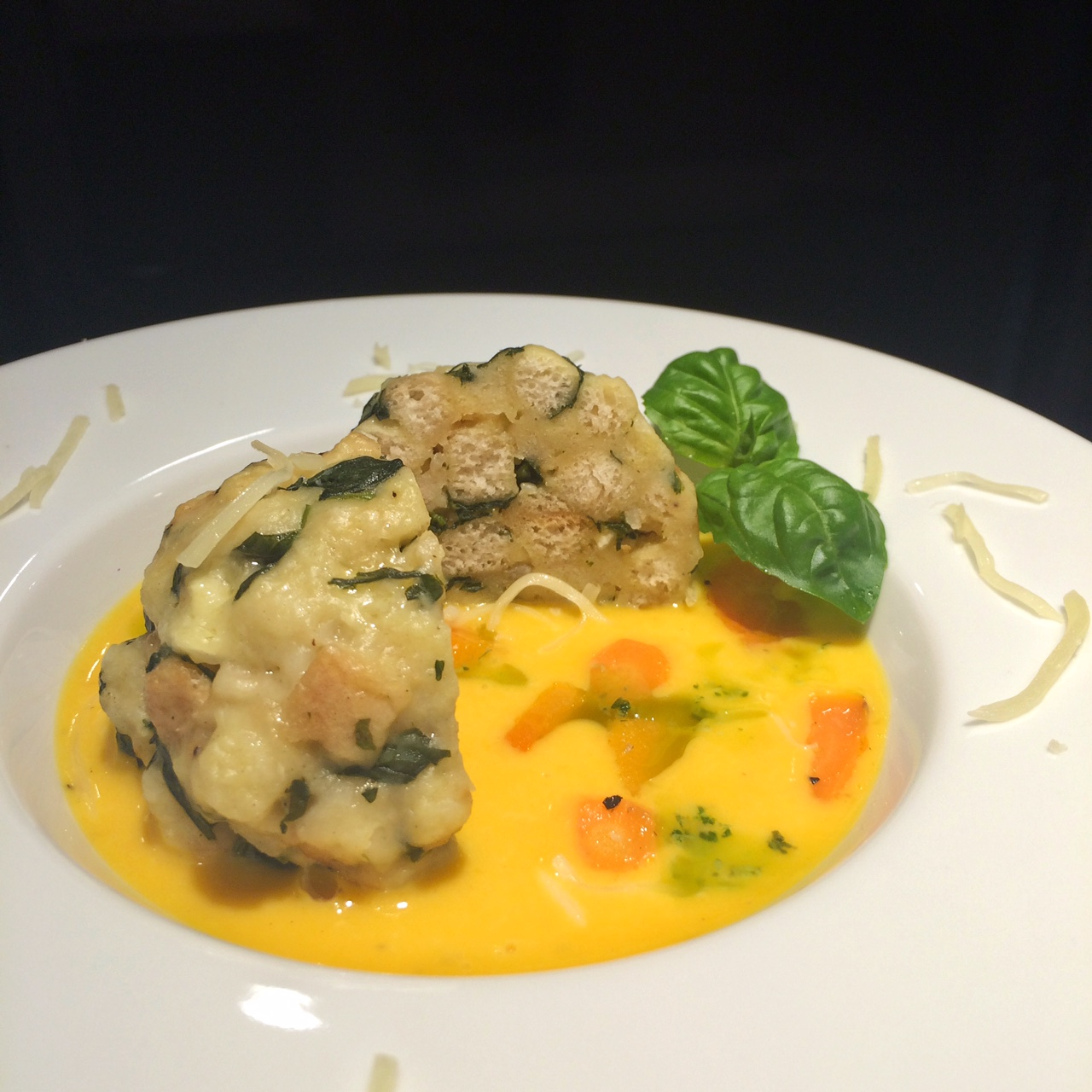 Semmelknödel mit Winterspinat & Blauschimmelkäse auf Karottencreme