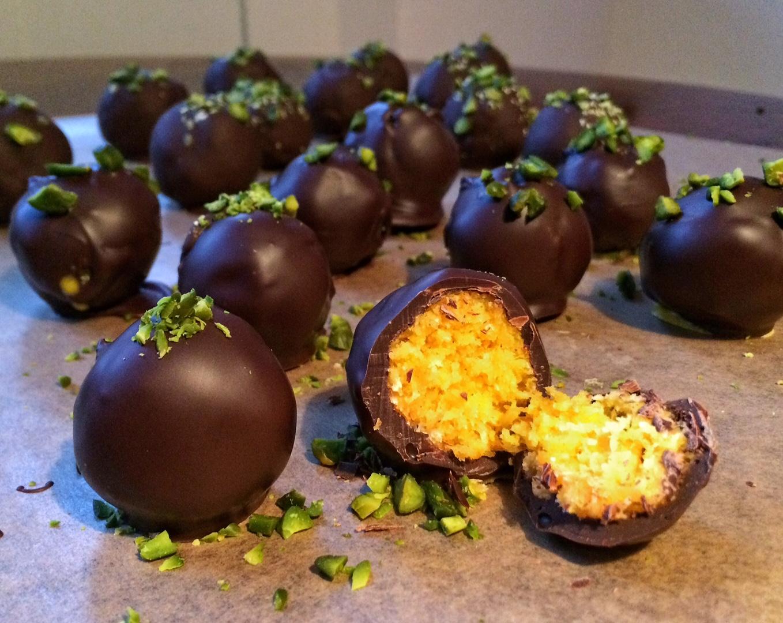 Nussige Karotten-Powerkugeln in Zartbitterschokolade