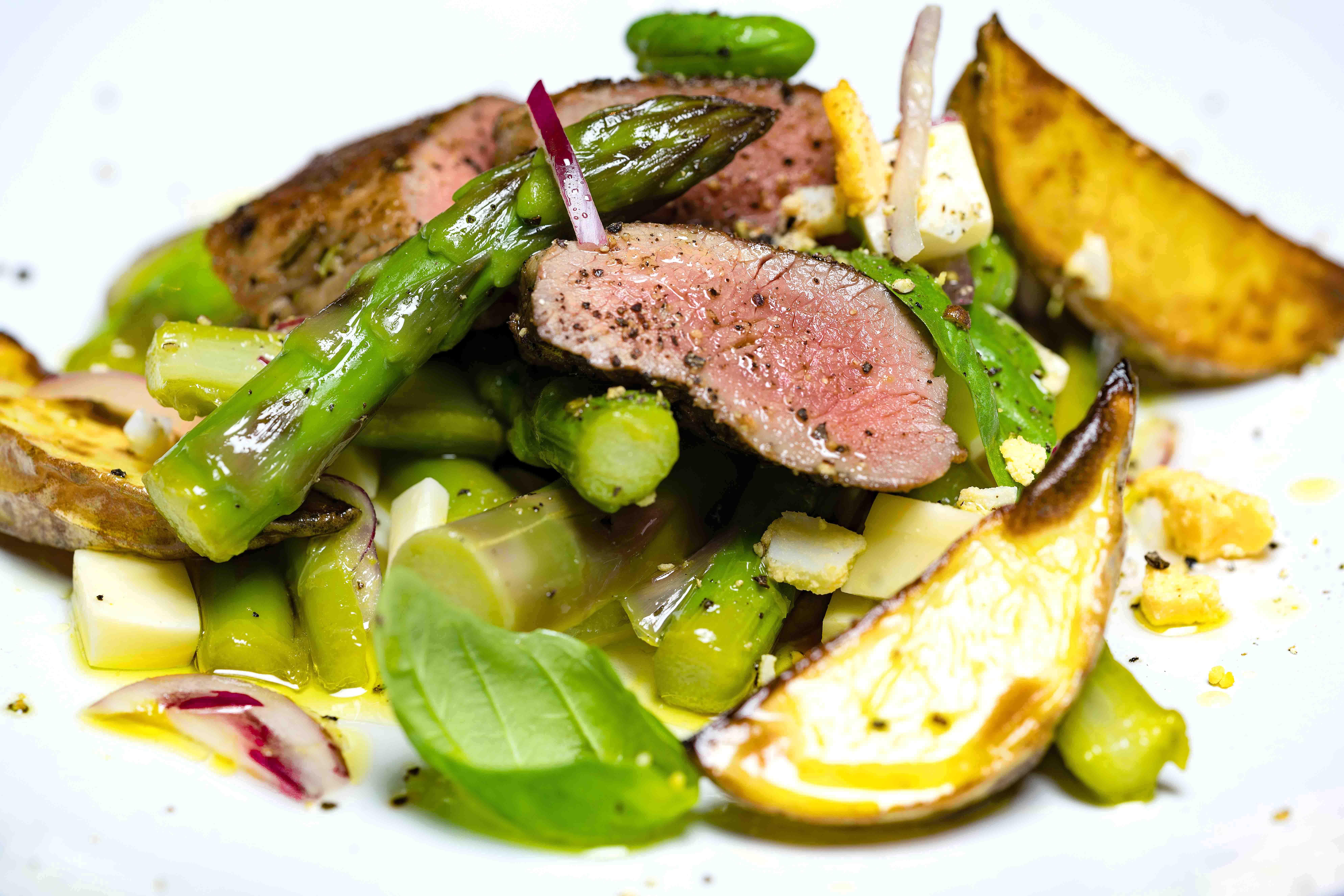 Gebratene Lamm-Lachse mit lauwarmen Spargel-Salat und gebackene Kartoffelspalten