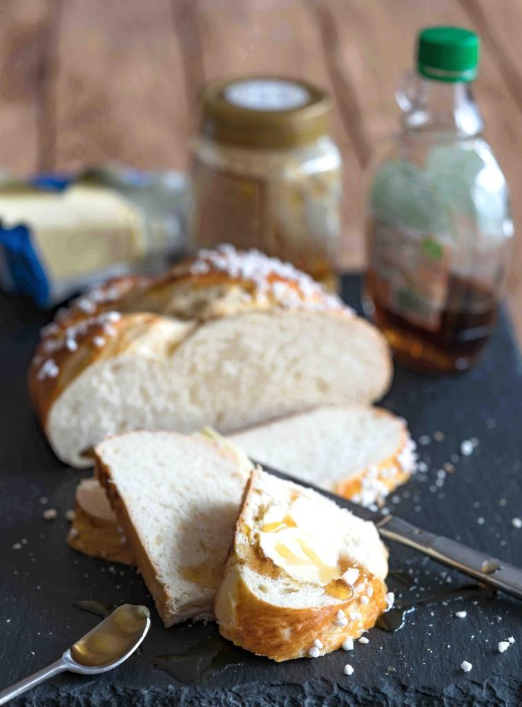 Feierlicher Osterzopf mit Zitronen-Honigbutter