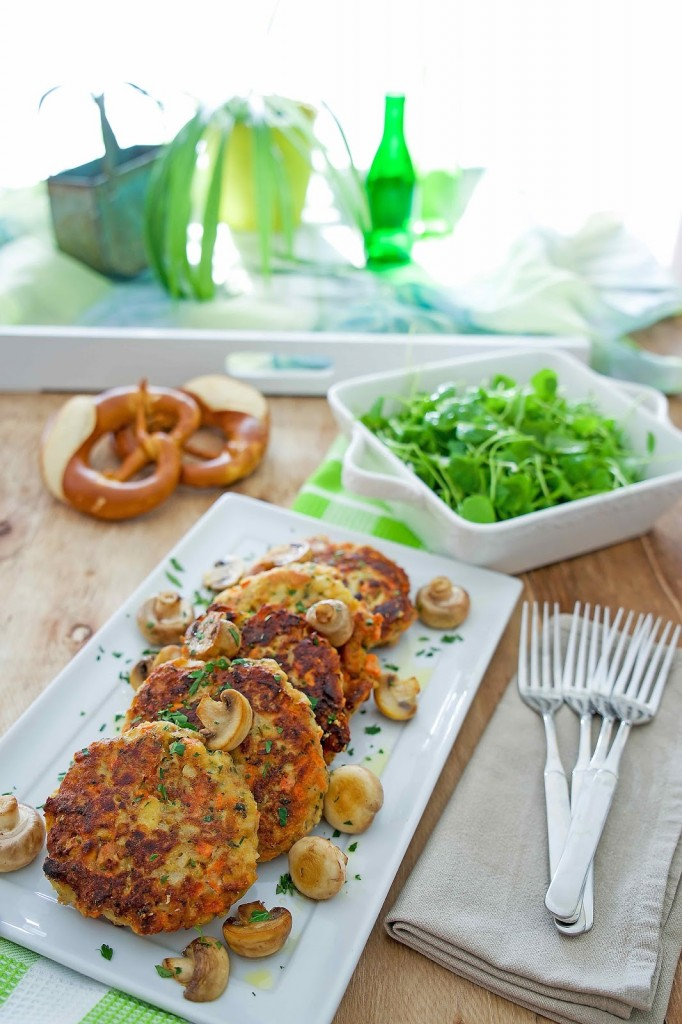 Vegetarische Köstlichkeiten: Brezel-Bratlinge, knackige Champignons und Postelein-Salat
