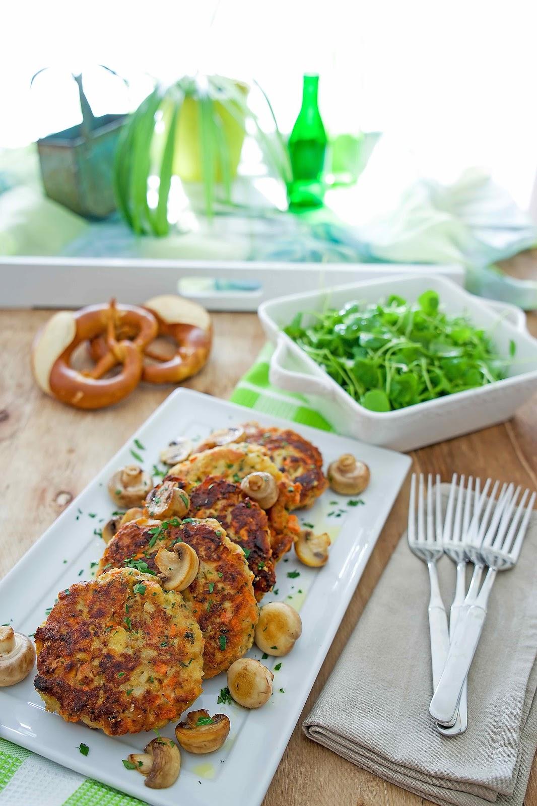 Brezel-Bratlinge mit sautierten Champignons und einem Postelein-Salat