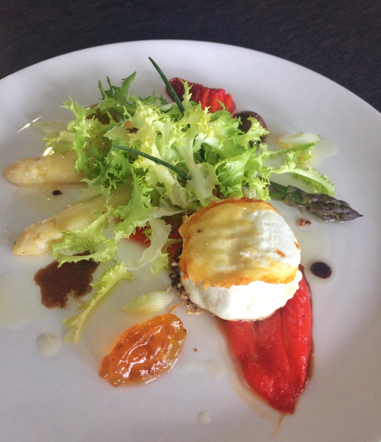 Sommerlicher Salat mit Spargel, Erdbeeren, Paprika und gegrilltem Käse