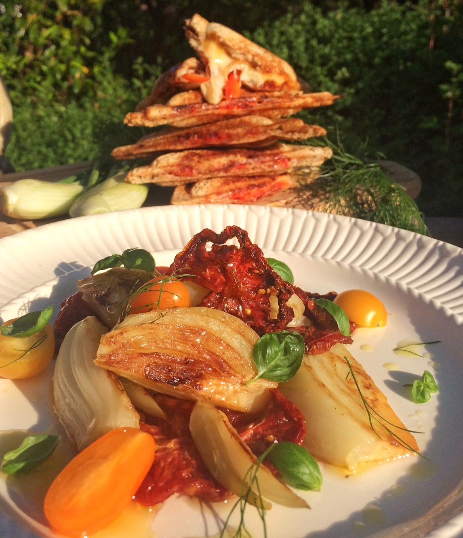 Salat von gegrilltem Fenchel mit Tomaten und Basilikum