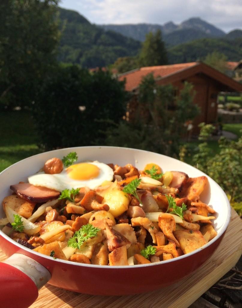 Bauerngröstl mit Knödeln, Kartoffeln, Pfifferlingen und Spiegelei