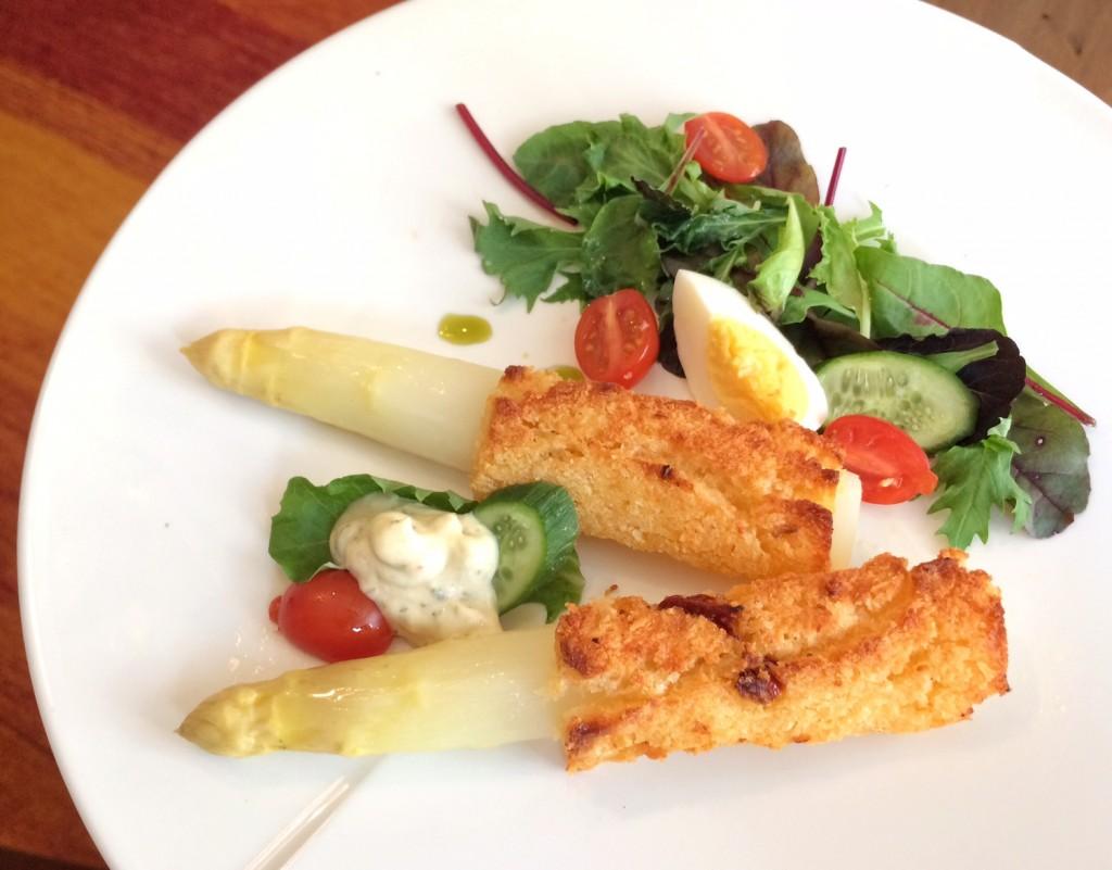 Spargel mit Knusper-Kräuter-Kruste und Frühlingssalaten