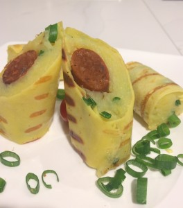 Gegrillte Crêpe-Rollen mit Kartoffeln und Merguezwürstchen