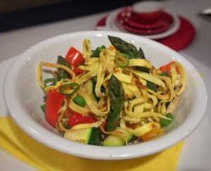 Veggi-Gemüsepfanne mit Flädlestreifen und grünem Spargel