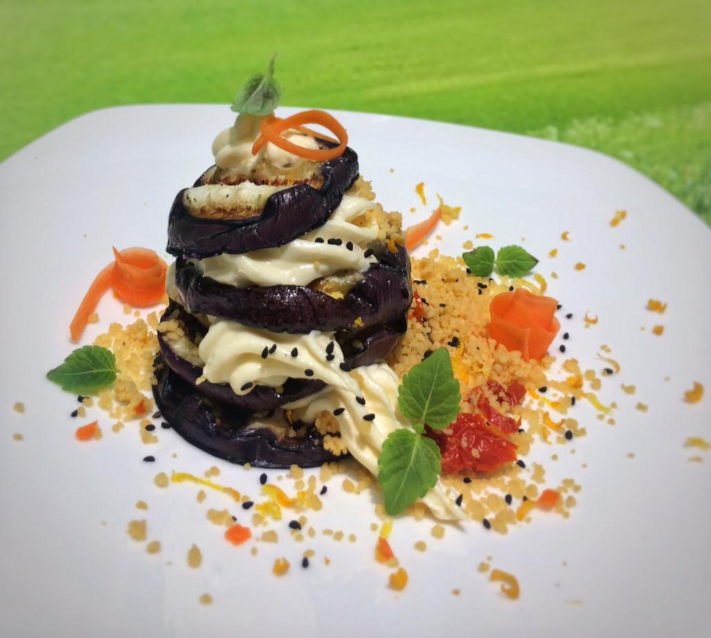 Gegrillte Aubergine mit Kartoffel-Bergkäsecreme und Karotten-Couscous