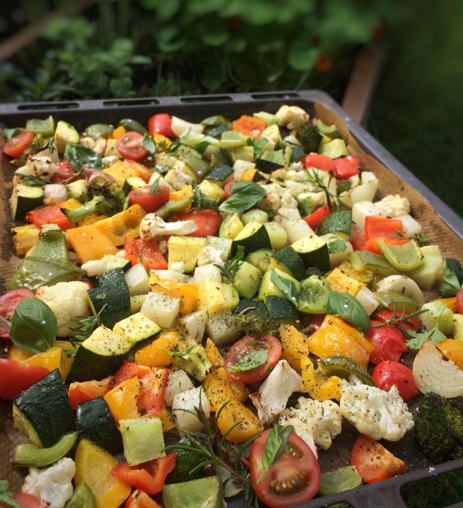 Die ideale Grillbeilage: Bunter Gemüsesalat mit aromatischem Kräuteröl