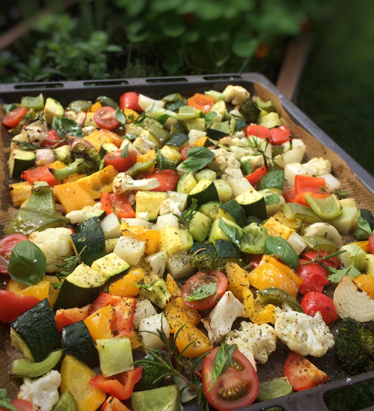 Bunter Gemüsesalat mit aromatischem Kräuteröl