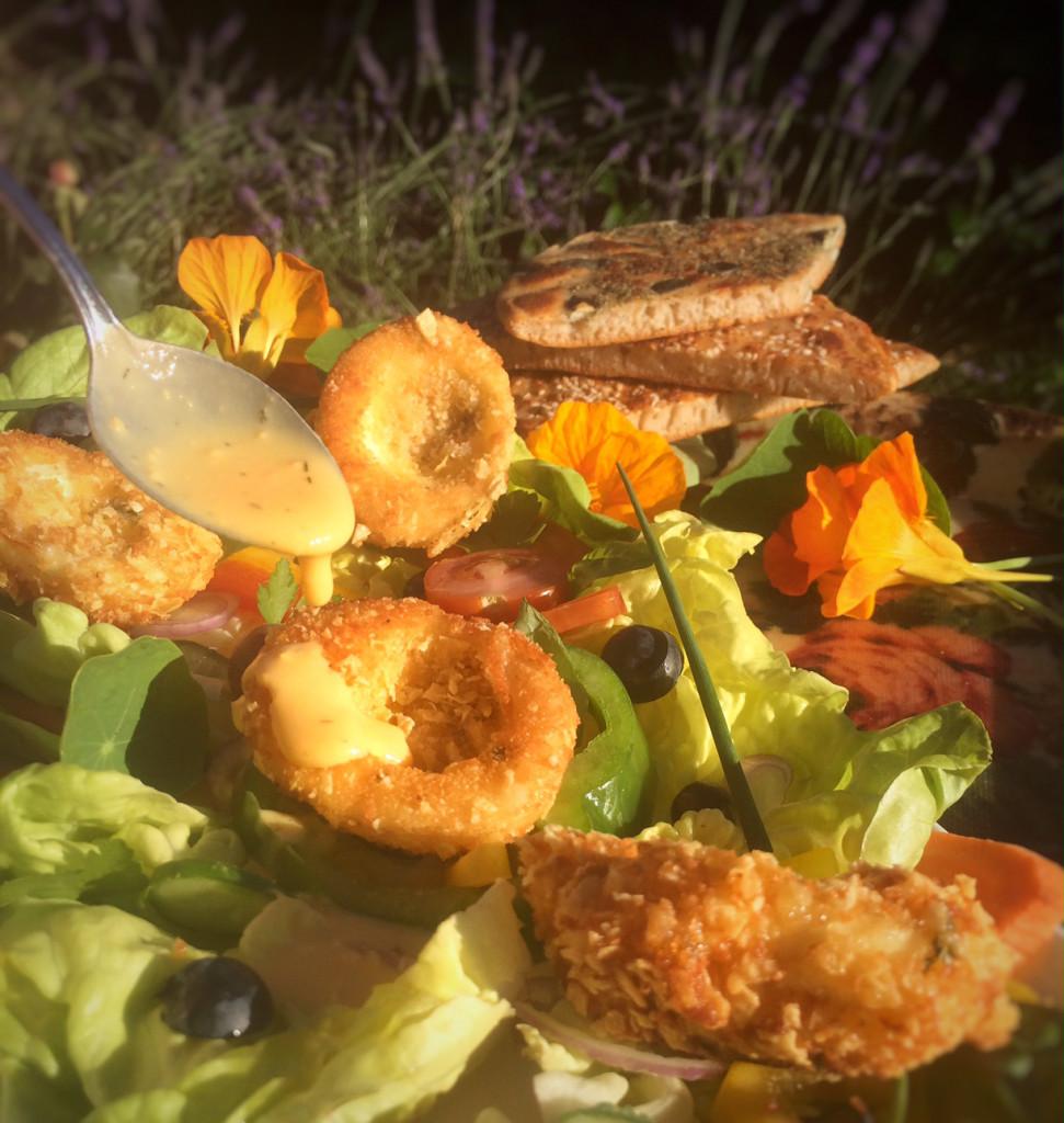 Bunter Sommersalat mit gebackenen Eiern und Senf-Currydressing