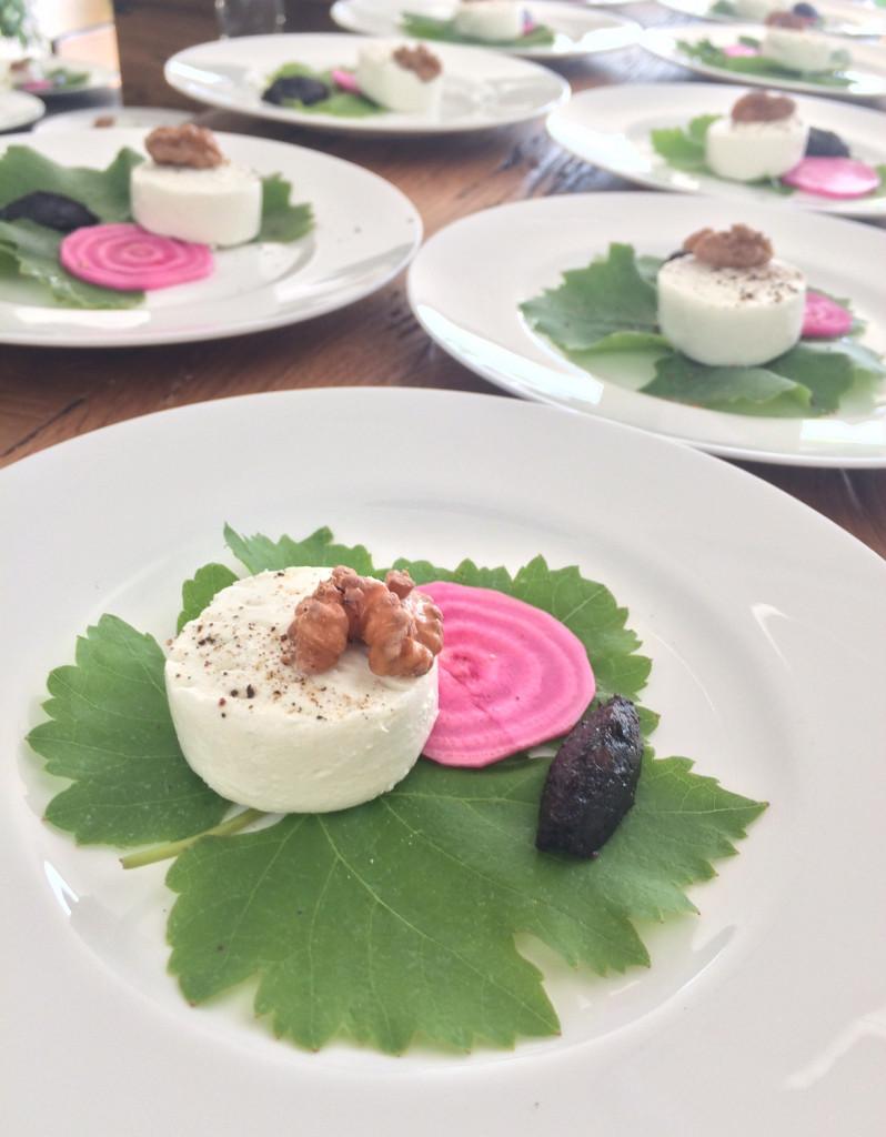 Ziegenfrischkäse auf Weinblatt & schwarze Johannisbeeren-Schalotten Konfitüre