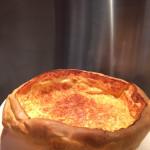 Nach dem Backen muss der Pfitzauf aus der Pfanne. Wer möchte, reibt noch extra Käse auf den heißen Pfitzauf.