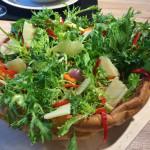 Knackiger Salat kommt in die Mitte. Ein perfekter Sommerhit.