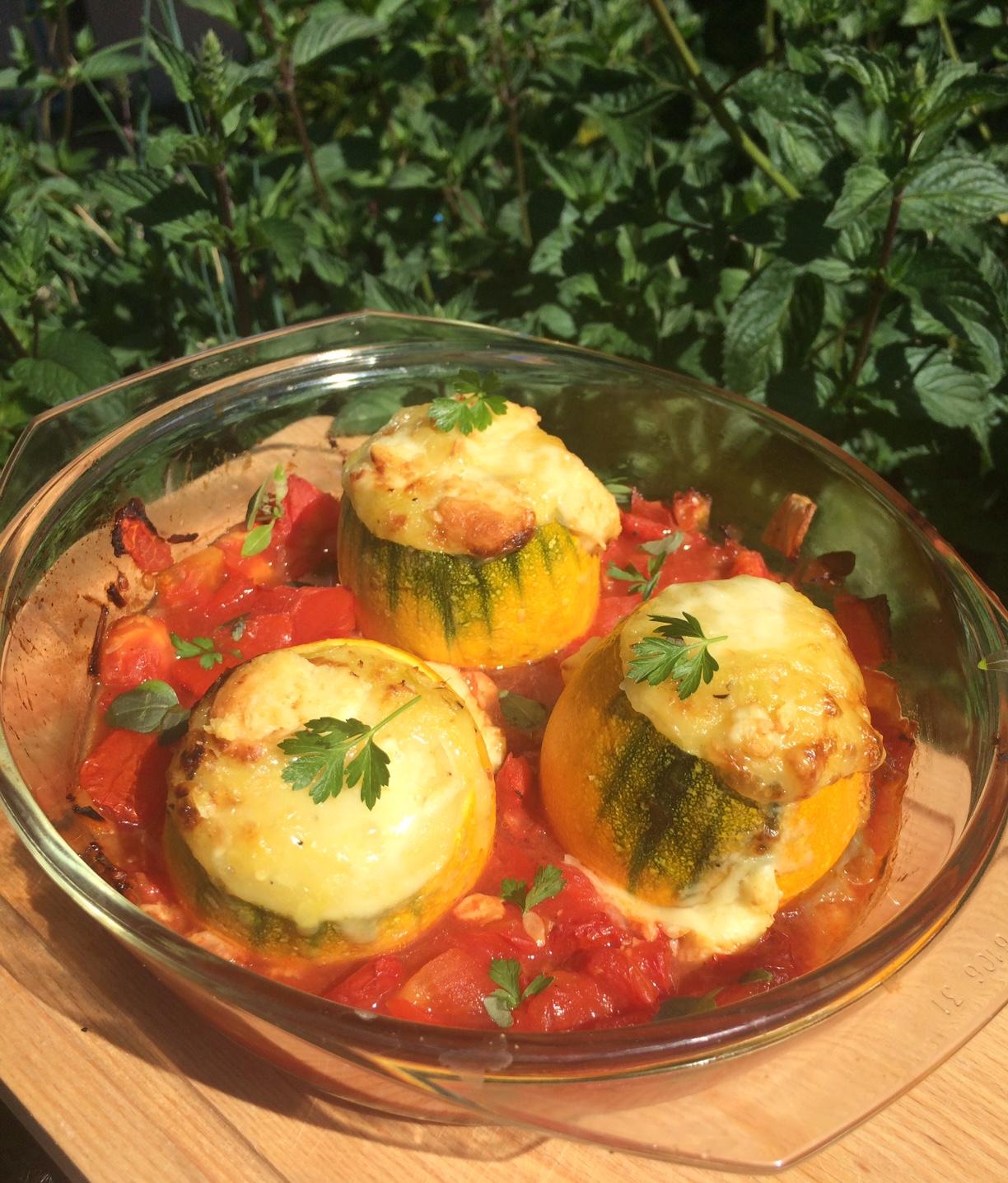 Gebackene Zucchini mit Kartoffel-Weißlackerfüllung & Tomatenragout