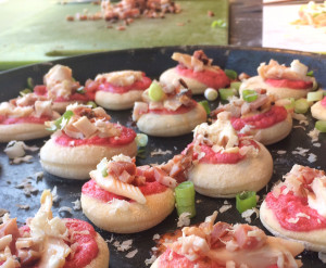 Mini-Datschkuchen mit Schwarzwaldforelle, pink Beetecreme, Rauchspeck & Meerrettich