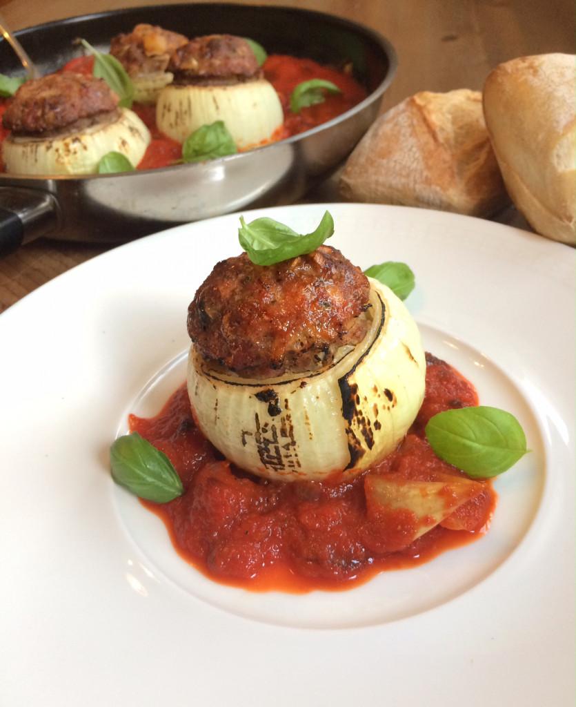 Gebackene Zwiebeln mit Maultaschenfüllung auf Tomatenragout