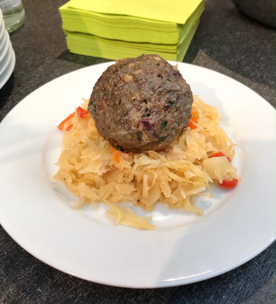 Schwarzwurstknödel mit Sauerkraut