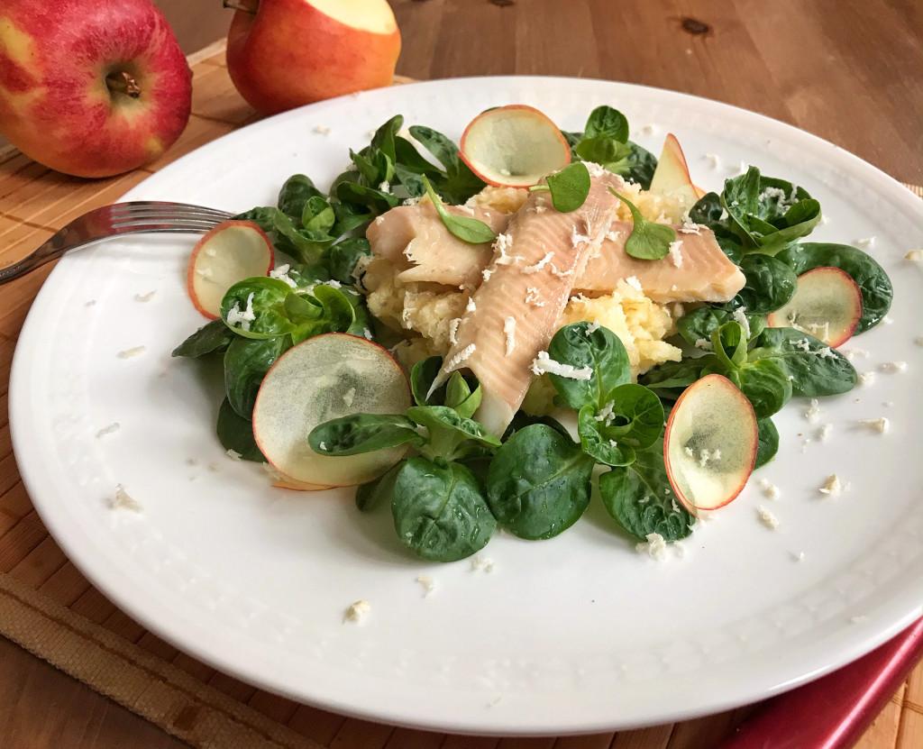 Warme Räucherforelle auf Salaten von schwarzem Rettich, Apfel & Feldsalat