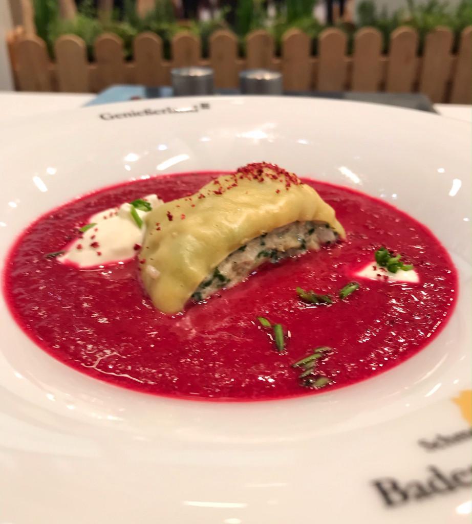 Gerollte Maultaschen mit Rote Beete-Birnensuppe und Schmand