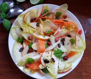 Knackiger Salat mit Chicorée, Apfel & Nüssen