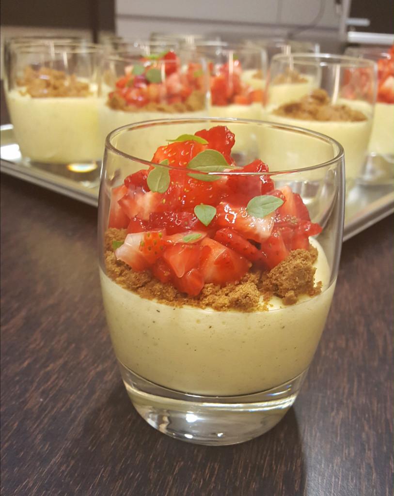Eierlikör-Mousse mit Erdbeeren