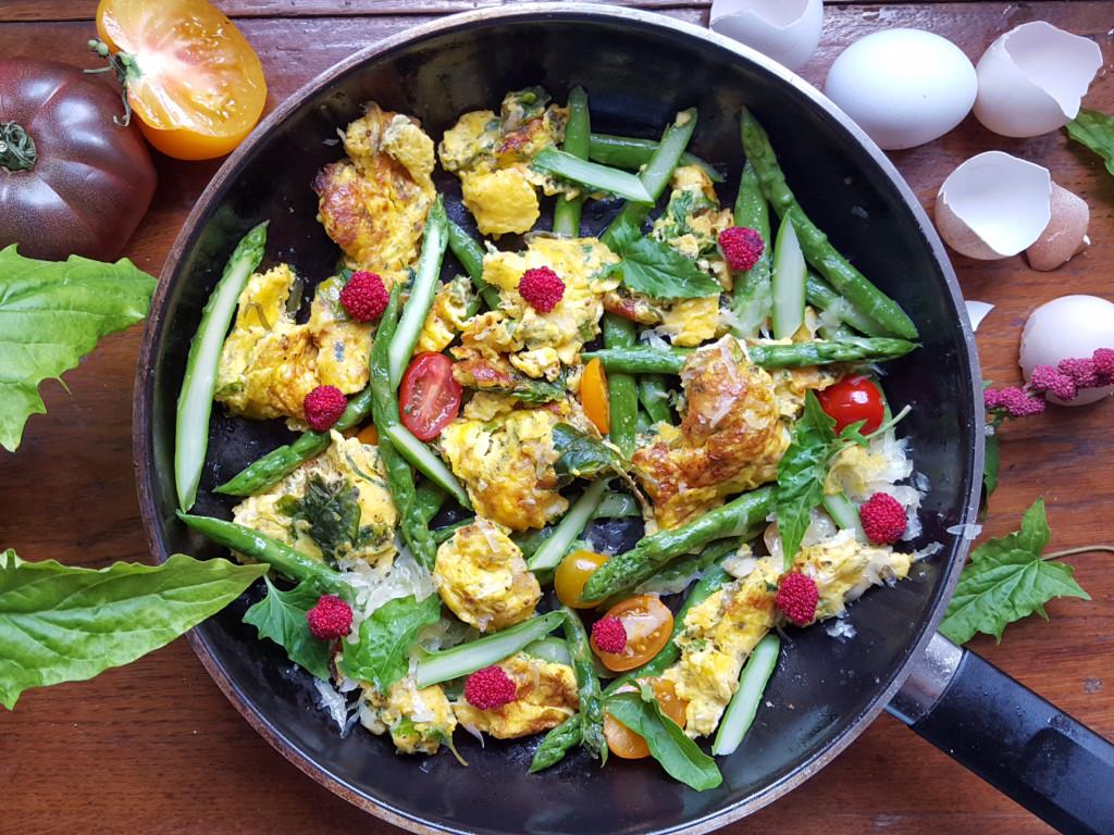 Spargelpfanne mit Kräuter-Rührei, Tomaten & (Erdbeer-) Spinat