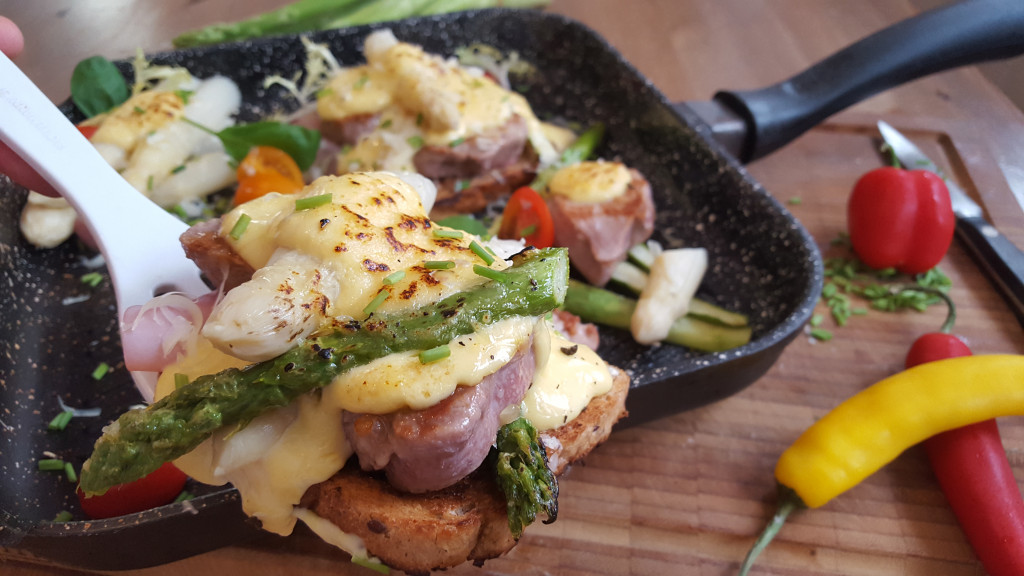 Schlemmertoast mit Schweinefilet, Spargel & Sauce Hollandaise