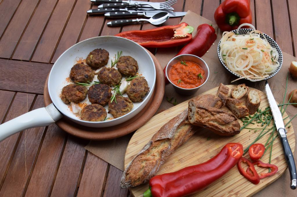 Für`s Grillbuffet: Fleischküchle und pikanter Paprikadip