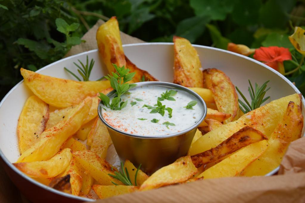 Pikante Kartoffelecken mit Kräuterdip