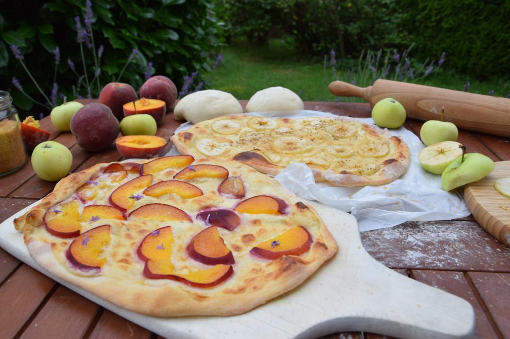 Süße Flammkuchen mit Weinbergpfirsich und Klarapfel